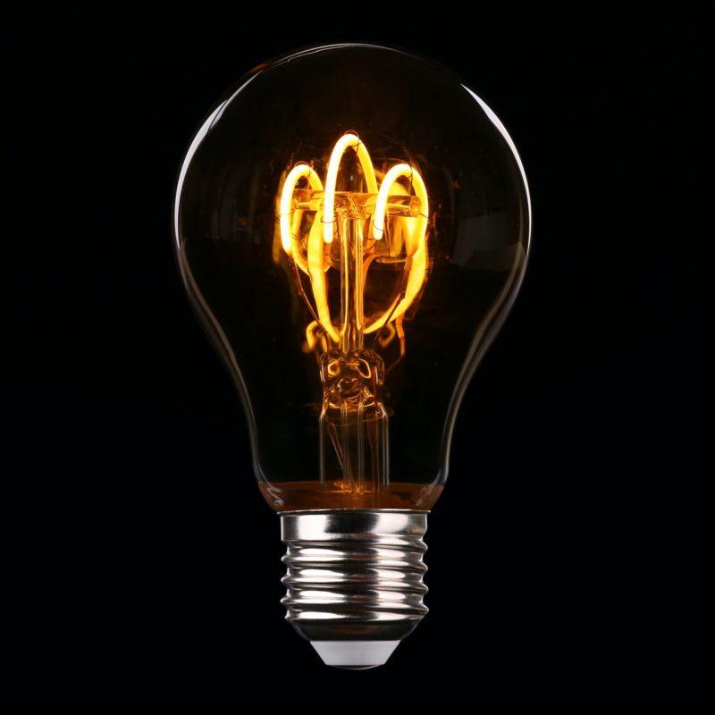 Glühbirne auf schwarzem Hintergrund